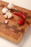 Овощи на прерывая доске Стоковое Изображение