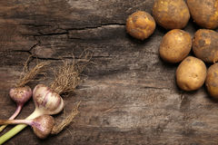 Овощи на старой деревянной предпосылке Стоковое Изображение RF
