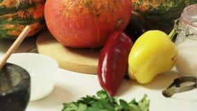 Овощи на таблице для шеф-повара варя здоровую еду в кухне видеоматериал
