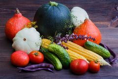 Овощи осени на деревянном столе Предпосылка натуральных продуктов стоковая фотография rf