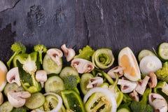 Овощи отрезанные на черной предпосылке большая вода съемки макроса листьев зеленого цвета падения Красивая концепция здорового пи Стоковые Фото