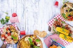 Овощи, плодоовощи и креветка на гриле, для обеда лета еда здоровая Закуски на белой предпосылке скопируйте космос плоско Стоковые Изображения