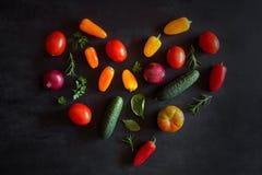 Овощи положенные вне в форме сердца Взгляд сверху Стоковые Фото
