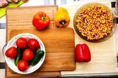 Овощи положенные вне на кухонный стол стоковая фотография rf