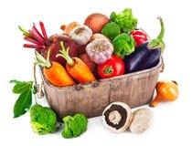 Овощи сбора в деревянной корзине Стоковые Изображения