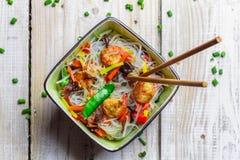 Овощи смешивания китайца и лапши риса Стоковое фото RF