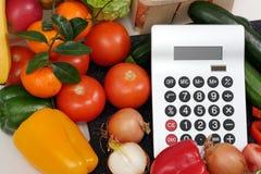 Овощи с калькулятором на белой таблице Стоковое Изображение RF