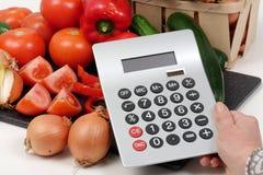 Овощи с калькулятором на белой таблице Стоковое Изображение