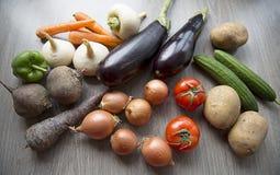 овощи томата таблицы лука зеленых цветов морковей свежие намочили деревянное Стоковые Фото