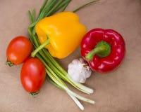 овощи томата таблицы лука зеленых цветов морковей свежие намочили деревянное Стоковая Фотография