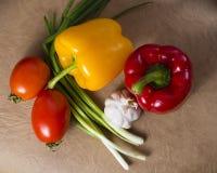 овощи томата таблицы лука зеленых цветов морковей свежие намочили деревянное Стоковая Фотография RF
