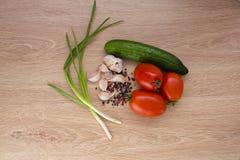 овощи томата таблицы лука зеленых цветов морковей свежие намочили деревянное Стоковое Изображение RF