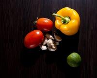 овощи томата таблицы лука зеленых цветов морковей свежие намочили деревянное Стоковое Изображение