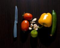 овощи томата таблицы лука зеленых цветов морковей свежие намочили деревянное Стоковое фото RF