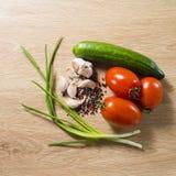 овощи томата таблицы лука зеленых цветов морковей свежие намочили деревянное Стоковые Изображения RF