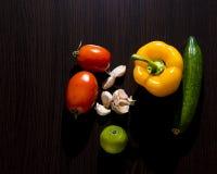 овощи томата таблицы лука зеленых цветов морковей свежие намочили деревянное Стоковые Изображения