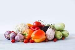 овощи томата таблицы лука зеленых цветов морковей свежие намочили деревянное Стоковые Фотографии RF