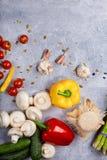 овощи томатов таблицы перцев огурцов chili Желтый и красный пеец огурец свежий Томаты вишни Грибы и чеснок Подготовка обедающего Стоковое Изображение