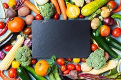 Овощи фермы осени, урожаи корня и взгляд сверху разделочной доски шифера с космосом экземпляра для меню или рецепта еда предпосыл стоковое изображение