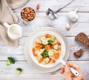 Овощной суп Vegan с молоком миндалины стоковое изображение