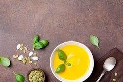 Овощ осени или суп тыквы в белом шаре на каменном взгляде столешницы кухни Пустой космос для рецепта Стоковое Изображение