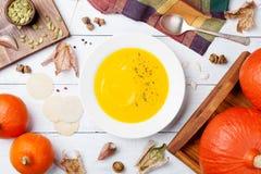 Овощ осени или суп тыквы в шаре на белом взгляд сверху деревянного стола Стоковое фото RF