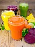 Овощ сока в 4 стеклах на деревянной доске Стоковая Фотография