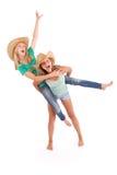 2 довольно 13 годовалых девушки нося большую неповоротливую солому su Стоковые Фотографии RF
