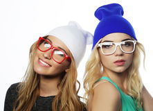 2 довольно предназначенных для подростков подруги усмехаясь и имея потеху Стоковые Фото