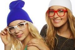 2 довольно предназначенных для подростков подруги усмехаясь и имея потеху Стоковая Фотография