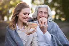 2 довольно радостных женщины сидя на том основании Стоковое фото RF