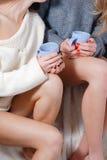 2 довольно счастливых подруги выпивая чай совместно Стоковые Фото