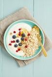 Овсы завтрака с ягодами стоковые изображения rf