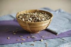 Овсы или хлопья овсяной каши завода в bamboo чашке, завтрака рожи Стоковое Изображение RF