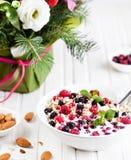 Овсы с ягодами на времени завтрака стоковые изображения rf