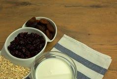 Овсяная каша, высушенные клюквы, абрикосы и молоко Стоковая Фотография
