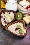 Овсяная каша, свежие фрукты, ягоды и другие полезные продукты стоковое фото rf