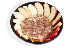 Овсяная каша с семенами льна и частей яблок в черном cera Стоковые Изображения