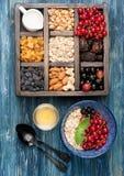 Овсяная каша, granola, ягоды, гайки, и сухофрукт для здорового взгляд сверху завтрака Стоковая Фотография RF