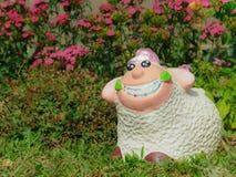 Овцы ваяют на открытом саде Стоковое Изображение RF