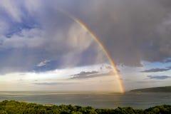 Оглушать большая радуга после дождя стоковые изображения