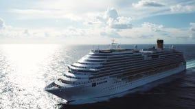 Оглушать вид с воздуха туристического судна в открытой воде, вид спереди r Лицевая часть поставленного на якорь плавания океанско акции видеоматериалы