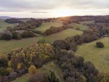 Оглушать воздушное изображение ландшафта трутня ландшафта сельской местности сногсшибательного красочного живого падения осени ан стоковое фото rf