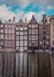 Оглушать дома канала в Амстердаме стоковое фото