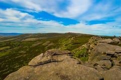Оглушать задняя скалистая вершина, обозревая красивую верхнюю долину Derwent, выступает национальный парк района стоковое фото rf