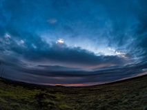 Оглушать заход солнца в свинцовых облаках стоковое изображение