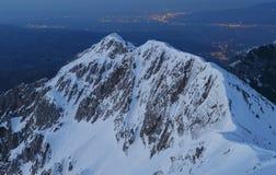 Оглушать зима выравнивая ландшафт гор и citylights в долине, Brasov стоковая фотография rf