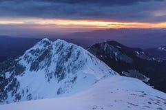 Оглушать зима выравнивая ландшафт гор и citylights в долине, Brasov стоковое изображение rf