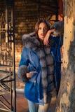 Оглушать красота Современное обмундирование моды Женщина наслаждается outdoors солнечного дня Обмундирование сезона падения Сезон стоковая фотография