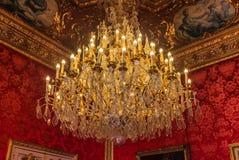 Оглушать люстра в квартирах Наполеон III в Лувр с роскошными барочными меблировками стоковое фото